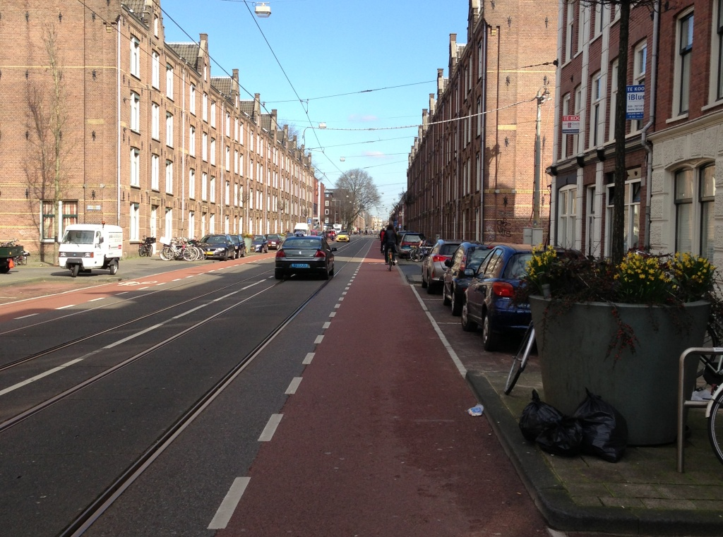 Autos und Tram teilen sich eine Spur, dann bleibt auch Platz für zwei extra breite Schutzstreifen!