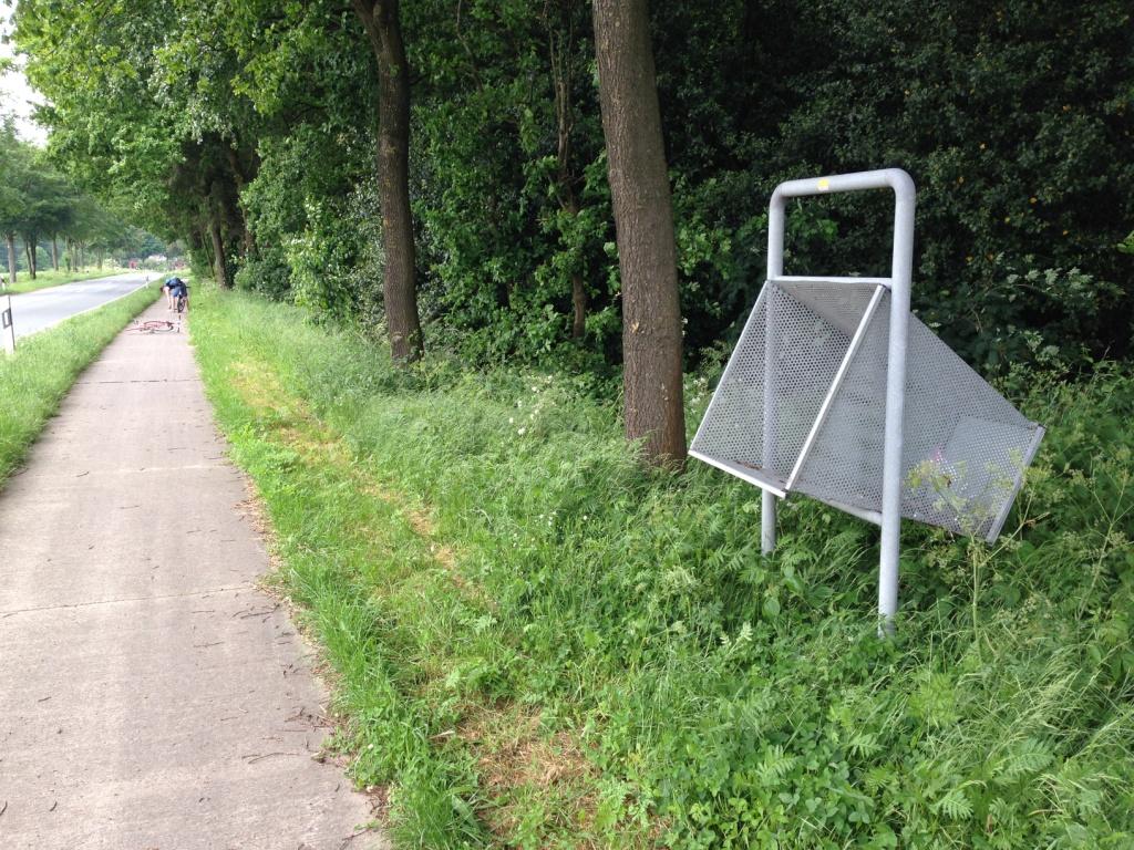 Fahrradfreundliche Mülleimer am Radweg.