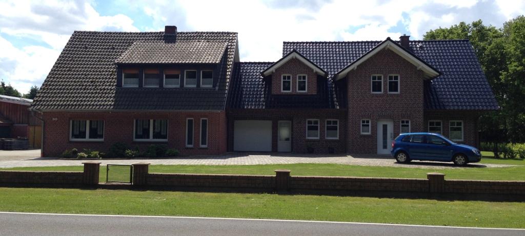 Durchschnittliches Einfamilienhaus im Emsland. Grundstücke bekommt man hier wohl geschenkt...