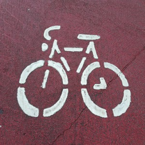 Fahrrad auf rotem Grund