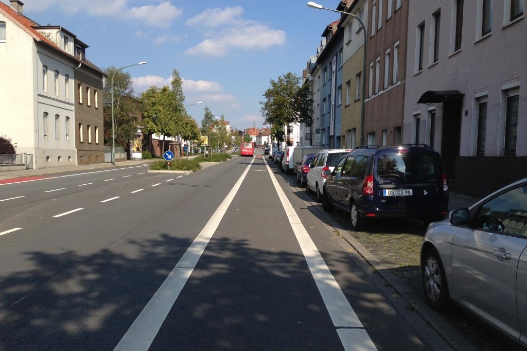 So sollte ein Radfahrstreifen aussehen, wenn schon ein Parkstreifen daneben sein muss!