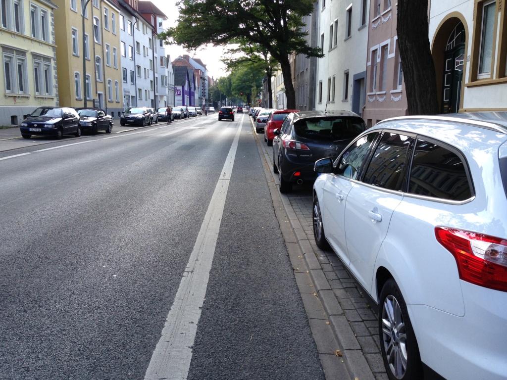 """Als Beispiel mal der Radfahrstreifen am Blumenhaller Weg in Osnabrück. Der liegt komplett in der """"Dooring""""-Zone. Ist es also eher ein Abstandsstreifen?"""