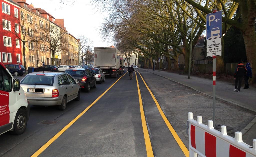 Rechts sieht man noch den alten Radweg, der hinter dem Parkstreifen verlief. Auf diesem kann jetzt nur noch längs der Fahrbahn geparkt werden.