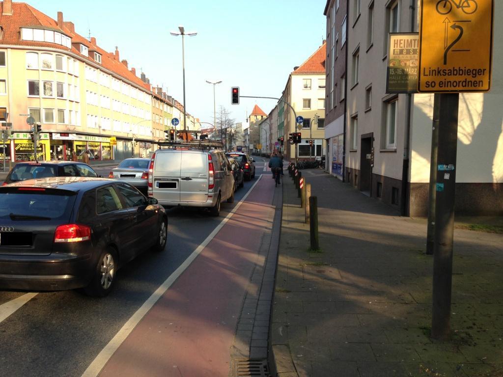 Um diese Kreuzung geht es. Hier biegen die meisten Autos auf dem rechten Fahrstreifen sowieso ab. Warum also nicht eine reine Abbiegespur mit eigenem Lichtsignal? Foto: dd
