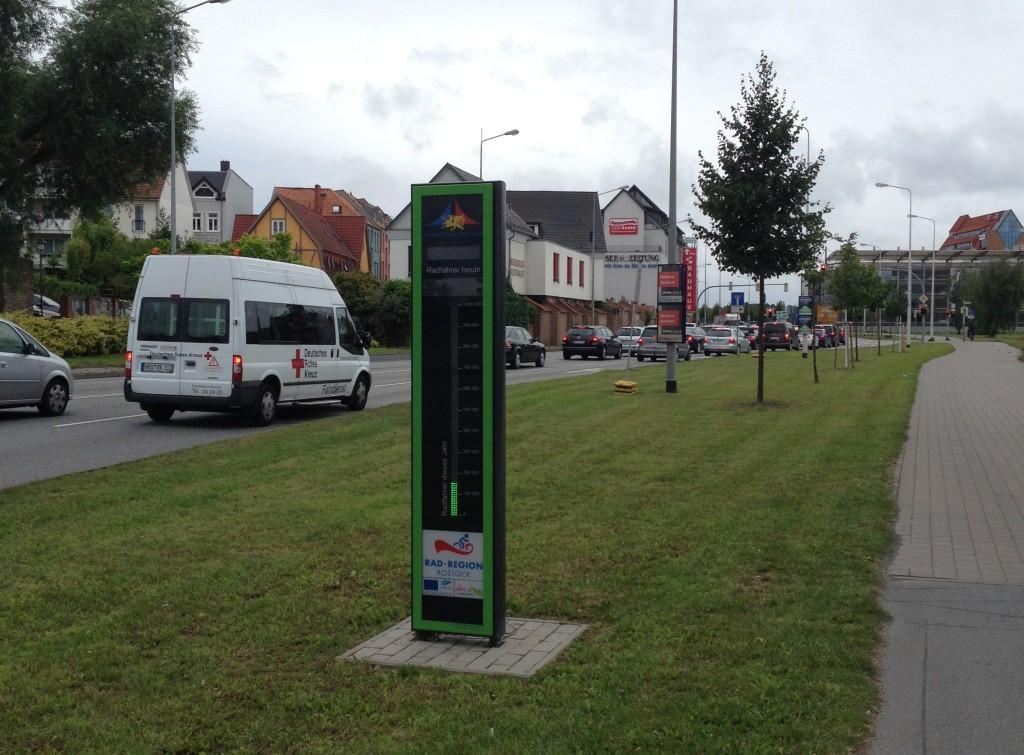 Fahrradbarometer am Radfernweg Berlin - Kopenhagen. Leider kann man die Digitalanzeige auf Fotos nicht erkennen...
