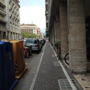 """Links Autos, rechts können überall Fußgänger """"lauern""""."""