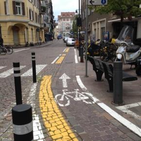 """Hier wird der Radfahrer in der """"Abwasserrinne"""" geführt?!"""