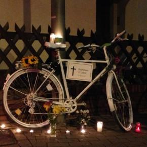 Stille Gedenkfahrt des ADFC Osnabrück e.V. mit Aufstellen eines Ghost Bikes
