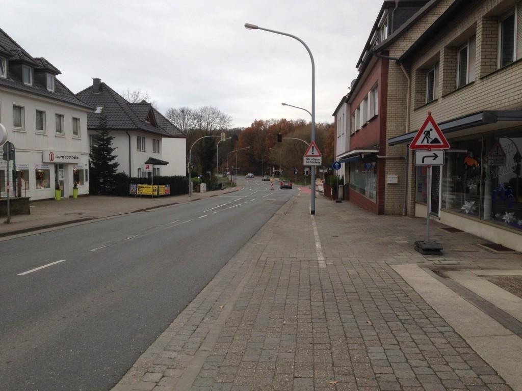 Los geht es in Lüstringen erstmal auf einem sehr alten Hochbordradweg.