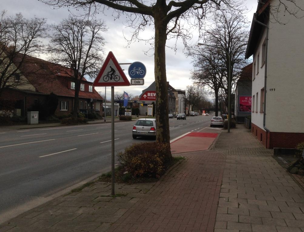 Zwei Querstraßen weiter ist aus dem gemeinsamen schon wieder ein getrennter Rad- und Gehweg geworden, der dann allerddings auch schon wieder endet und den Radverkehr auf die Fahrbahn entlässt - ohne Schutz- oder Radfahrstreifen.