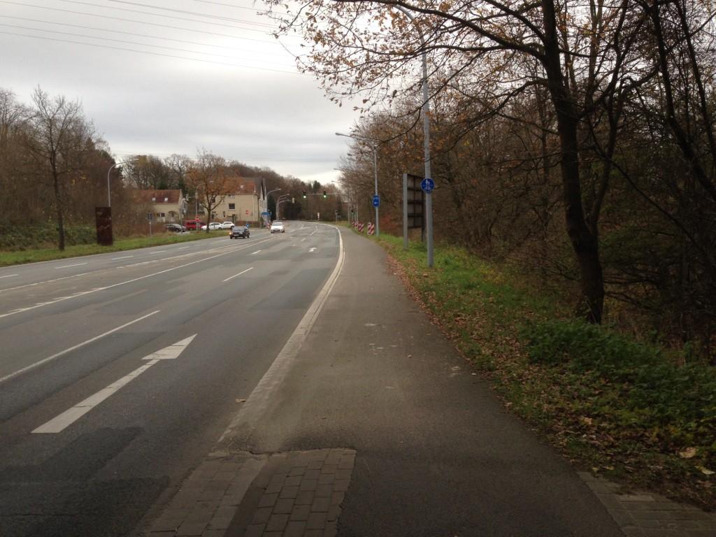 Hinter der Autobahn dann weiter auf einem gemeinsamen Rad- und Gehweg - ohne bauliche Trennung zur Fahrbahn. Gibt es sowas überhaupt in der StVO?