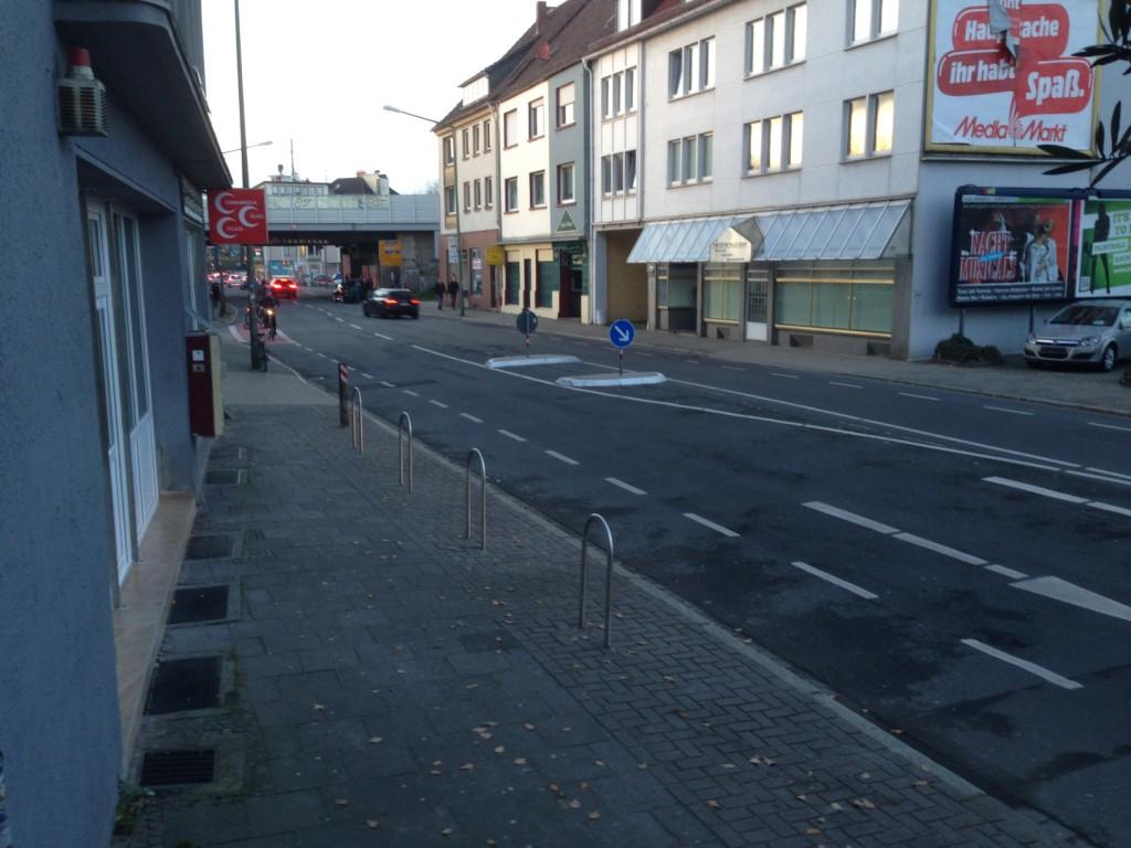 Neu: Vor dem Trash in der Mindener Straße wurden kürzlich drei Stellplätze für PKW zugunsten von vier Fahrradbügeln aufgegeben. Wurde auch dringend Zeit. Wer fährt schon mit dem Auto in die Kneipe? Und Fahrräder mussten bisher immer wild geparkt werden...