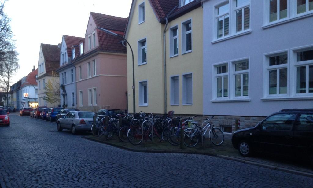 Alt: In der Kiwittstraße findet man diese Ansammlung von Fahrradbügeln. Nun kenne ich natürlich bei weitem nicht alle Straßen in Osnabrück, aber das ist für mich bisher einmalig. Davon könnte es vor allem in Wohnstraßen noch viel mehr geben!