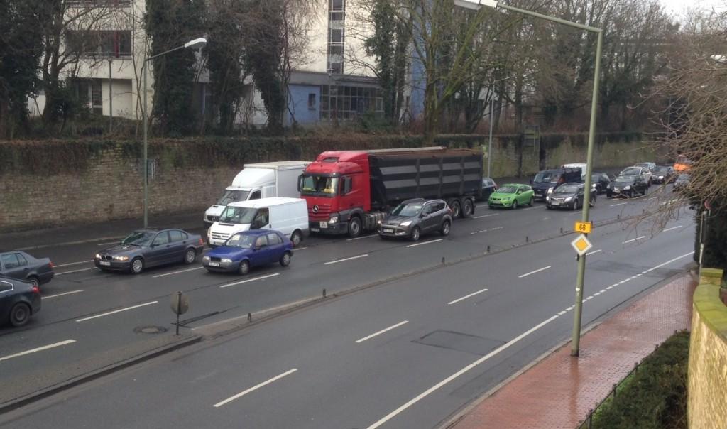 Am Natruper-Tor-Wall werden die Fahrbahnen getrennt. So kann man es auch bei einem breiten Radfahrstreifen versuchen.
