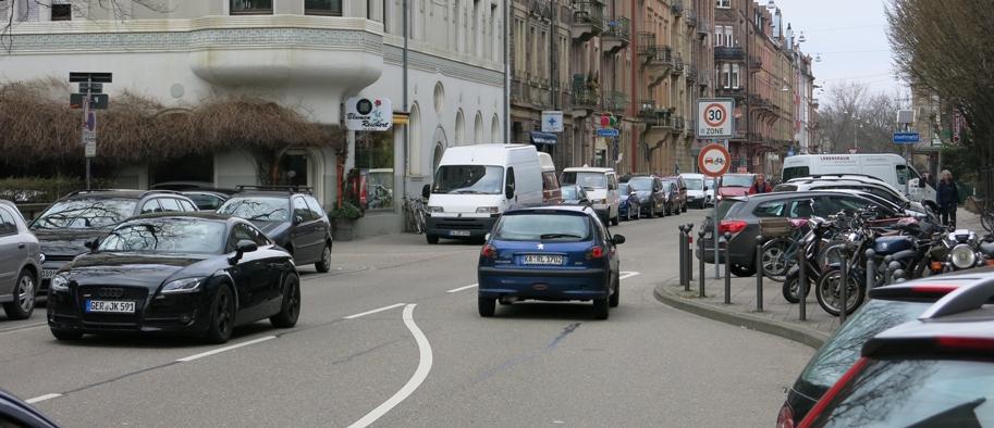 Hier in der Georg-Friedrich-Straße müsste das Schild eigentlich schon ca. 20 m vorher aufgestellt werden, um knappe Überholmanöver im Bereich der Verengung der Fahrbahn zu unterbinden. © TG/ML