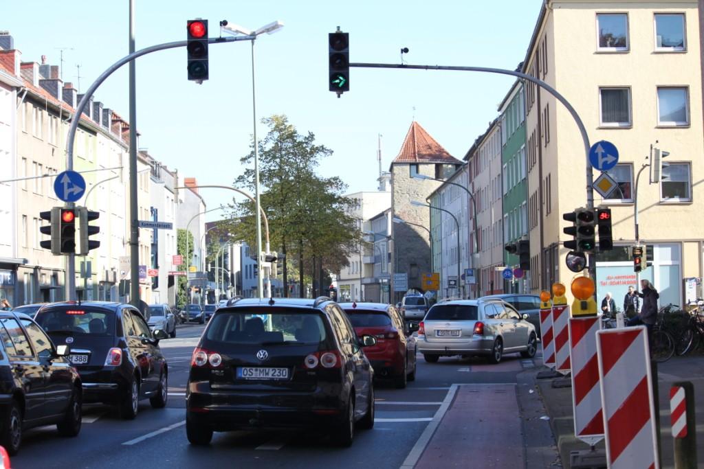 Hier sieht man, dass Radfahrer nun Rot haben, während Autos rechts abbiegen dürfen.
