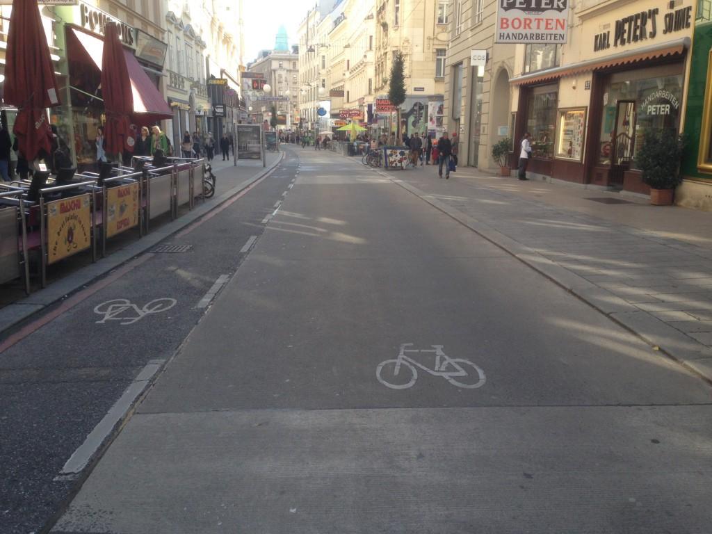 Hier ließ es sich sehr entspannt radeln. Freigegebene Einbahnstraße, auf der Radfahrer durchweg akzeptiert werden.
