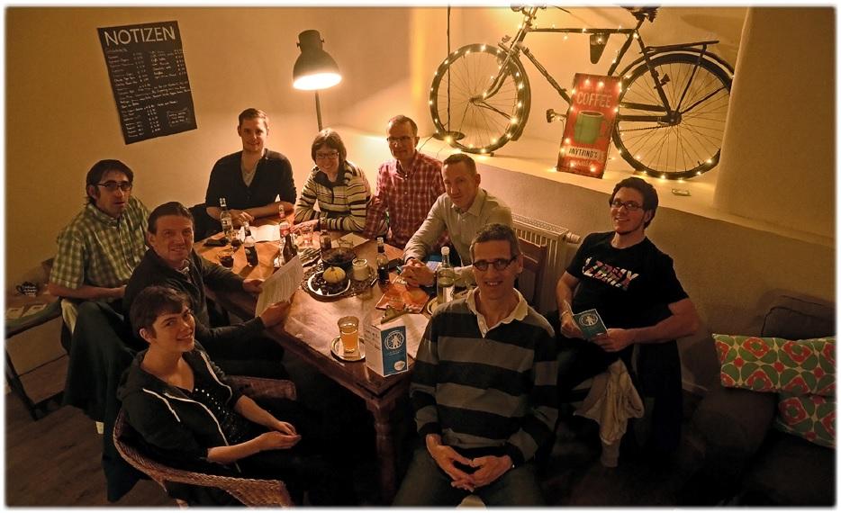 Das Team des Radentscheids Bamberg besteht aus einer stetig wachsenden Zahl von engagierten Bürgerinnen und Bürgern Bambergs. Unter ihnen sind Studenten und Selbständige, Berufstätige und Rentner. Sie sind Singles, Eltern und Großeltern. Viele von ihnen schätzen das Fahrrad als praktisches Verkehrsmittel für die Stadt. Viele fahren aber - je nach Bedarf - auch mal mit dem Auto oder dem Stadtbus. Manche benutzen das Rad für alltägliche Wege oder pendeln mehrere Kilometer zur Arbeit, und manche fahren einfach gerne in der Freizeit. Alle eint der Wunsch nach mehr Radverkehrssicherheit durch eine adäquate bauliche Infrastruktur und mehr Sensibilisierung für den Radverkehr – der Wunsch nach einem sicheren Miteinander aller VerkehrsteilnehmerInnen. (Foto: Radentscheid Bamberg)