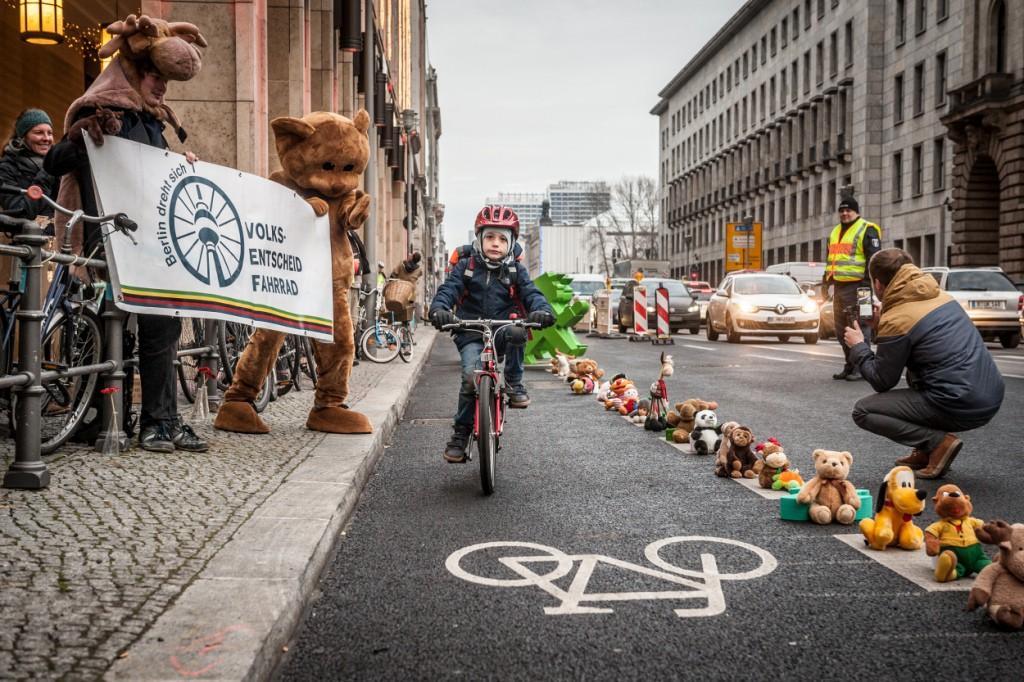 """Aktion """"Bärchen gegen Brummis"""" des Volksentscheid Fahrrad, Berlin, 7.12.2016. (Foto: Volksentscheid Fahrrad/Norbert Michalke)"""