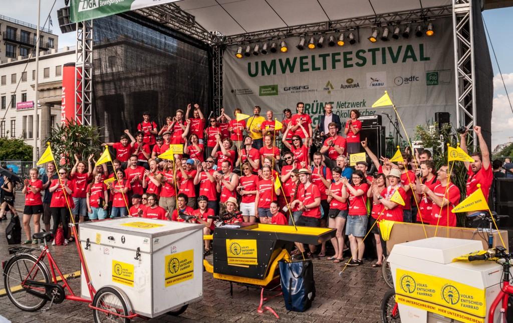 Initiatoren, Unterstützer und Helfer des Volksentscheid Fahrrad auf der Bühne des Umweltfests, 5.6.16 (Foto: Volksentscheid Fahrrad/Norbert Michalke)