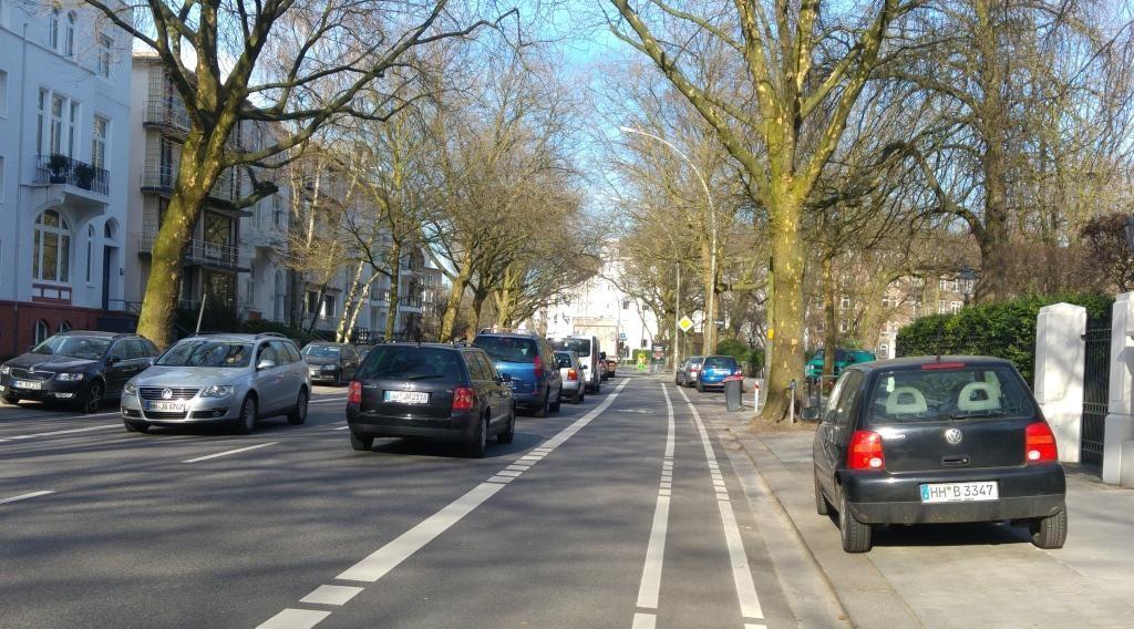 Hier sieht es in der Maria-Louisen-Straße für Radfahrer schon sehr gut aus. Die Fahrbahn erlaubt nun keine zwei parallel fahrenden Autos auf der vormals breiten Fahrspur mehr. Foto: hamburgfiets.de