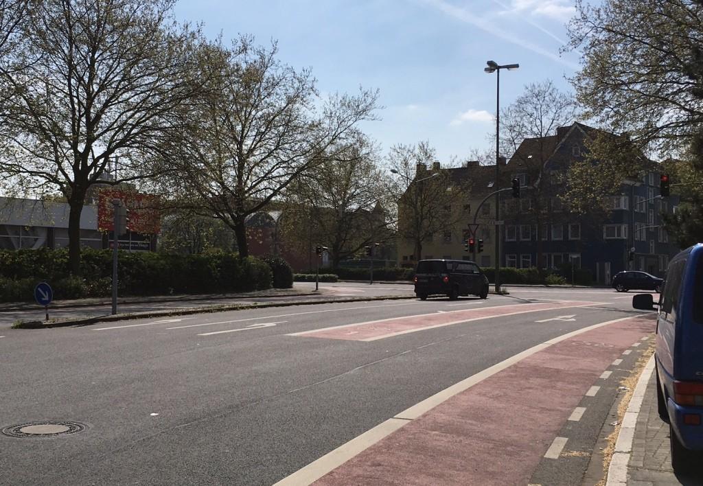 """Auf derart abmarkierten Radstreifen können Radfahrer nicht mehr """"abgequetscht"""" werden."""