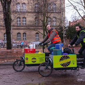 Studenten auf Lastenrädern helfen Berliner Obdachlosen im Winter